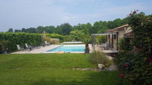 The swimming pool at or near Chambres d'hôtes Les Palmiers de la Cité