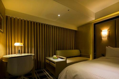 A bed or beds in a room at Link World Hotel Taichung
