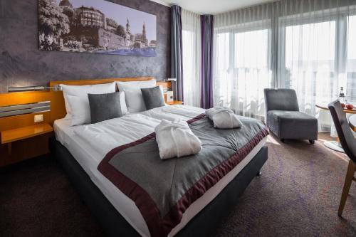 Ein Bett oder Betten in einem Zimmer der Unterkunft Ramada by Wyndham Dresden