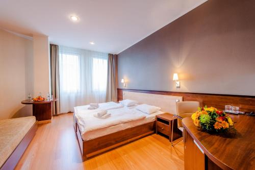 A bed or beds in a room at Congress Hotel Centrum