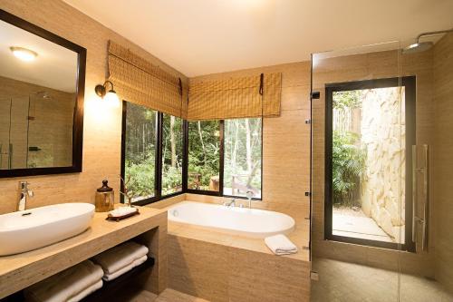 A bathroom at Hotel Jungle Lodge Tikal