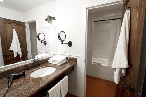 A bathroom at Hotel Isla de Flores
