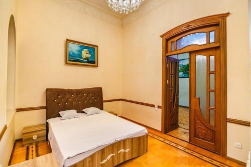 Cama ou camas em um quarto em Квартира в Центре 3 спальни