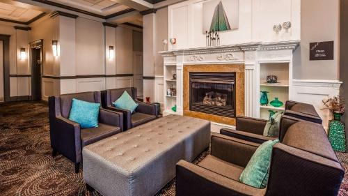 A seating area at Best Western Adams Inn Quincy-Boston