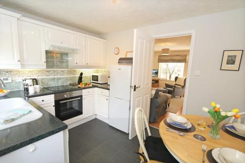 A kitchen or kitchenette at Hedgehope Cottage Alnwick