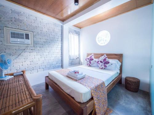 A bed or beds in a room at Stone Creek House