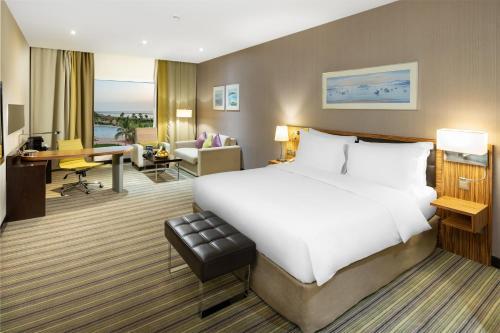 سرير أو أسرّة في غرفة في راديسون بلو جيزان