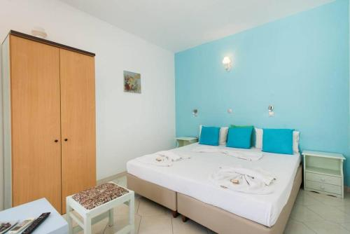 Łóżko lub łóżka w pokoju w obiekcie Xenones Lindos