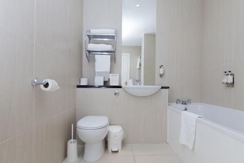 A bathroom at Aberdeen Douglas Hotel