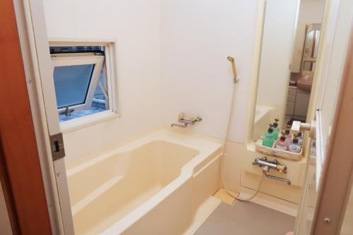 A bathroom at Otaru Ekimae Guest House Ito