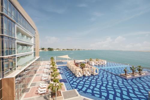 المسبح في فندق ومنتجع رويال ام ابوظبي  أو بالجوار