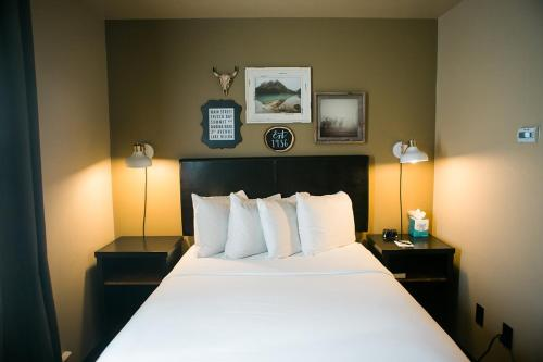 A bed or beds in a room at Hotel Frisco