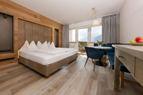 A bed or beds in a room at Family Hotel Gutenberg