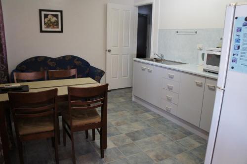 Кухня или мини-кухня в Ayrline Motel