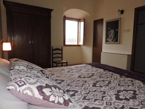 A bed or beds in a room at La Riera