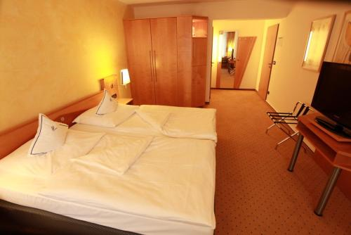 A bed or beds in a room at Hotel Friederichs