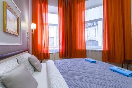 Кровать или кровати в номере Two Sisters на Фонтанке