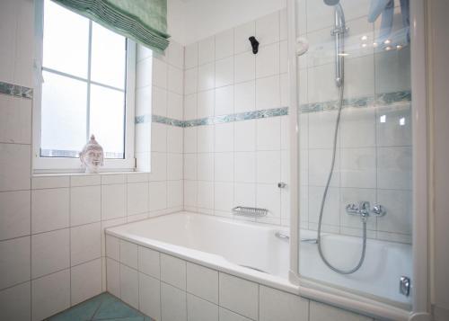 A bathroom at Das kleine Altstadthotel