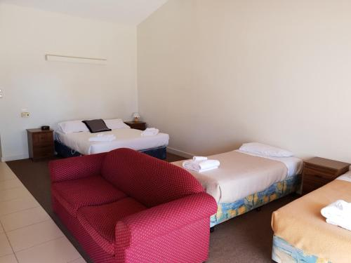 A bed or beds in a room at Barooga Golf View Motel