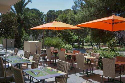 A restaurant or other place to eat at Best Western Hôtel des Thermes - Balaruc les Bains Sète