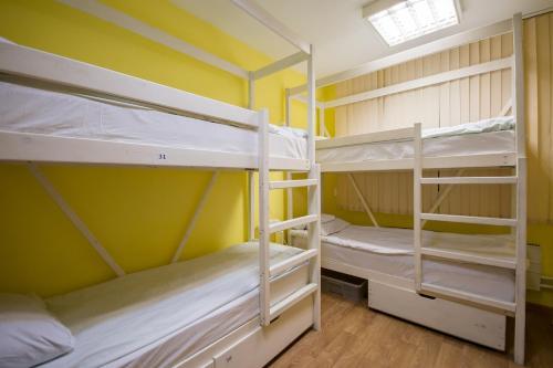 Двухъярусная кровать или двухъярусные кровати в номере Хостел Рациональ