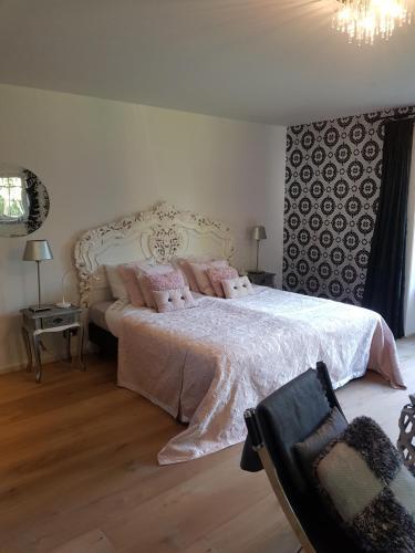 Een bed of bedden in een kamer bij Bed and breakfast Mooi Achel