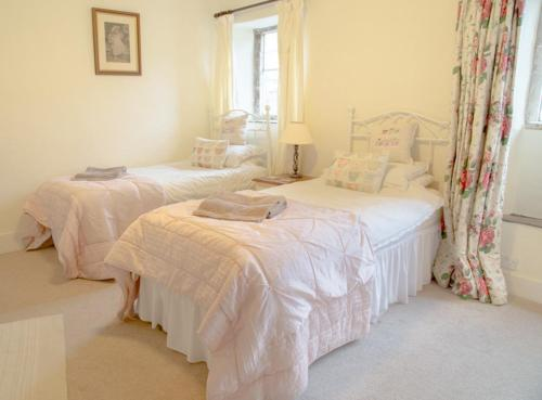 A bed or beds in a room at Bantam Tea Rooms