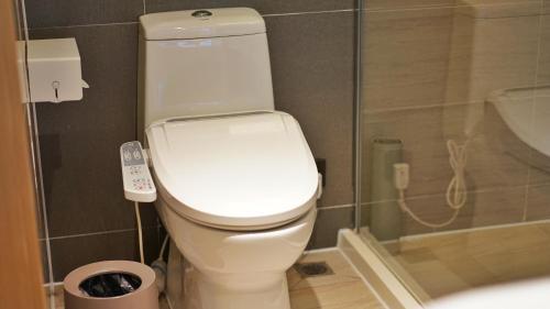 A bathroom at IBIS Styles Hangzhou Chaowang Road hotel
