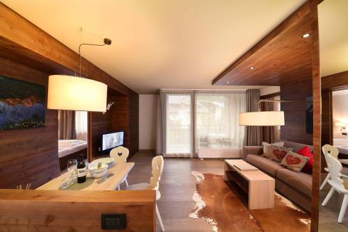 A seating area at Ariston Dolomiti Residence
