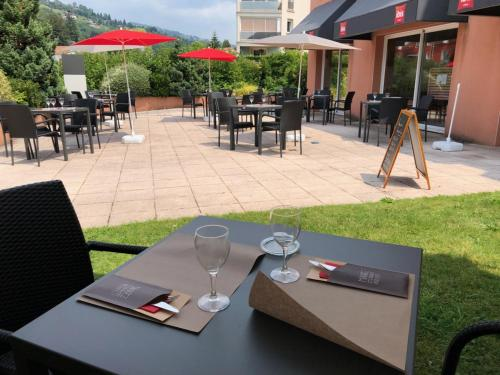A restaurant or other place to eat at ibis La Bresse Gérardmer