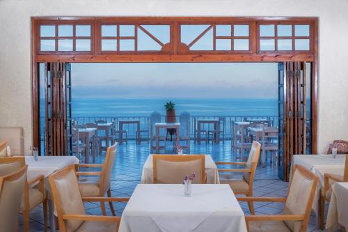 Un restaurante o sitio para comer en Cavos Bay Hotel & Studios