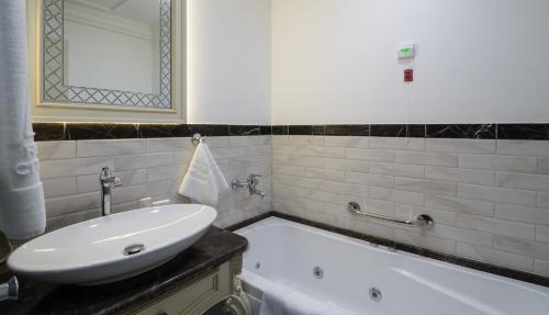 A bathroom at Residence City Garden