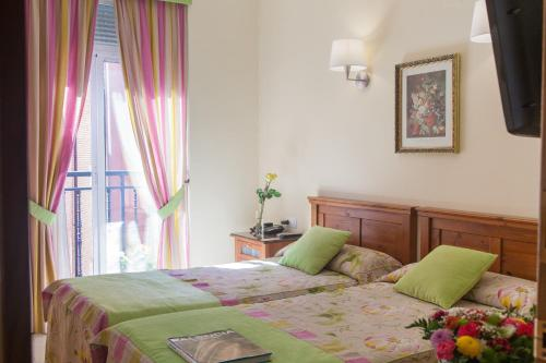 A bed or beds in a room at Hostal Antigua Morellana