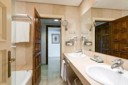 A bathroom at Parador de Cordoba