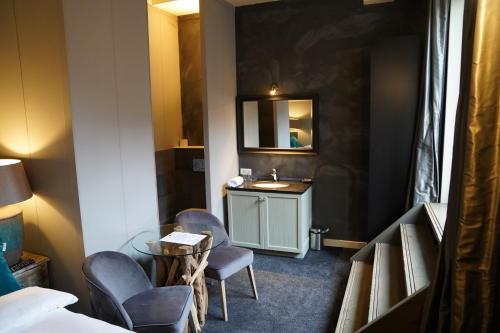 A kitchen or kitchenette at Huis van Bewaring
