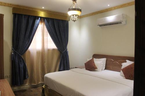 Cama ou camas em um quarto em ديار الصديق للوحدات السكنية المفروشة