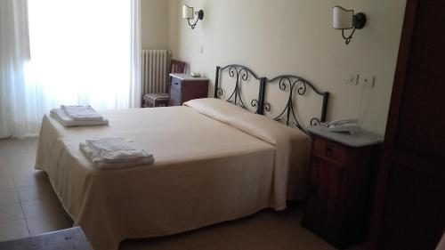 A bed or beds in a room at Hotel Scoti