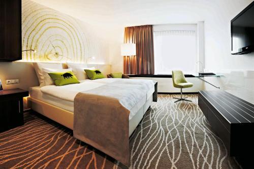 Een bed of bedden in een kamer bij Steigenberger Airport Hotel Frankfurt