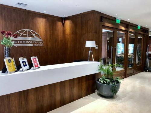 The lobby or reception area at Hotel Metropolitano Supara