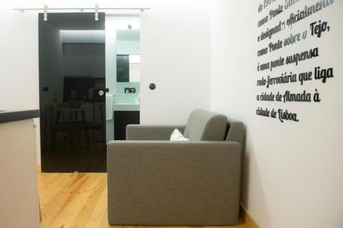 A seating area at Páteo Saudade Lofts