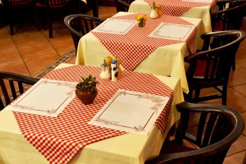 Ein Restaurant oder anderes Speiselokal in der Unterkunft Hotel Athos