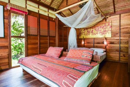 A bed or beds in a room at Castaway Resort Koh Lipe