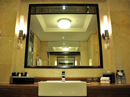 A bathroom at Wyndham Shanghai Bund East Hotel
