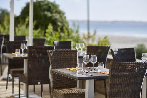 A restaurant or other place to eat at Hôtel Vacances Bleues Villa Caroline