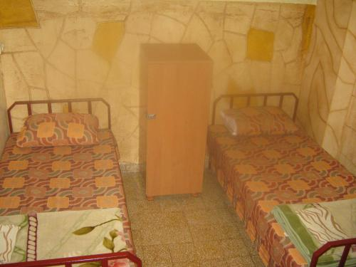 سرير أو أسرّة في غرفة في فندق طلال