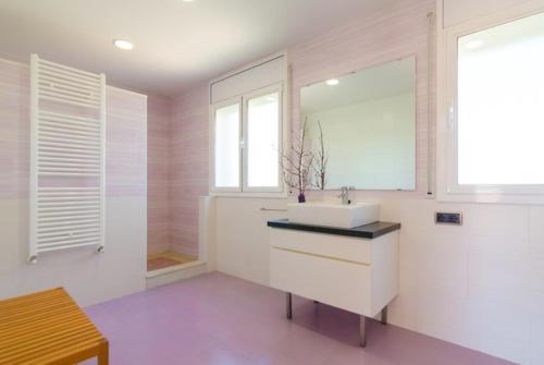 A bathroom at El Llac del Cigne Villa Sleeps 10 Pool WiFi