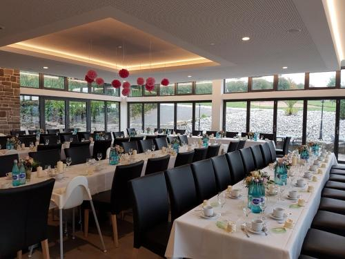 A restaurant or other place to eat at Landhotel Geiselwind