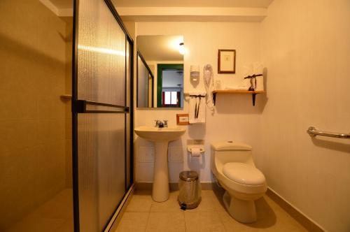 A bathroom at Reserva El Cairo - Valle de Cocora