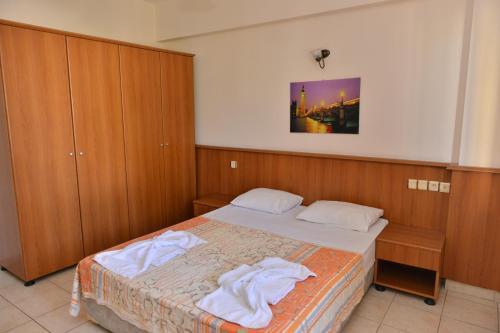 Ein Bett oder Betten in einem Zimmer der Unterkunft Orange Garden Apart Hotel