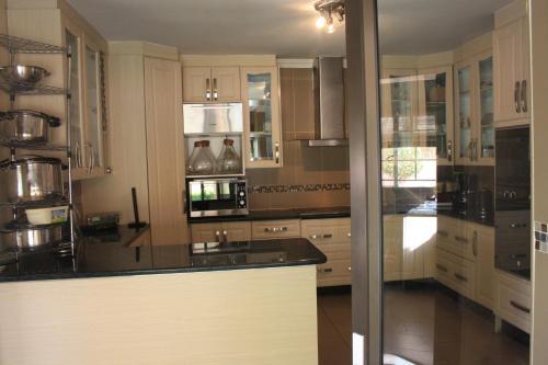 A kitchen or kitchenette at Golden Door Villa
